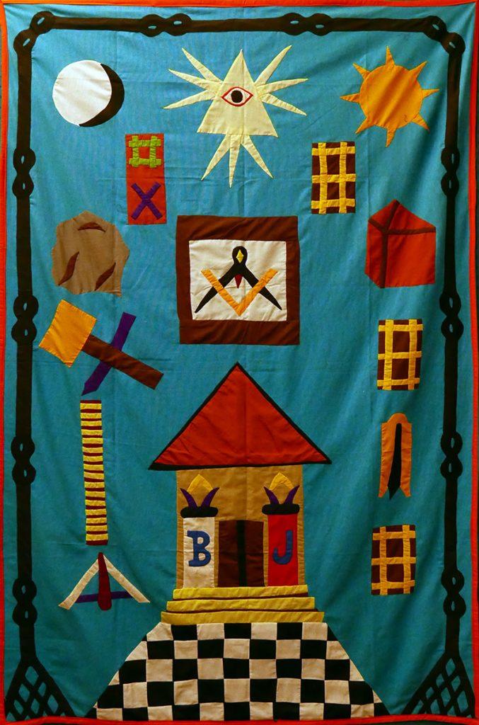 Un « tableau de loge » peut être déroulé sur le sol du temple lors des tenues. Celui-ci a été offert par un Frère du Bénin